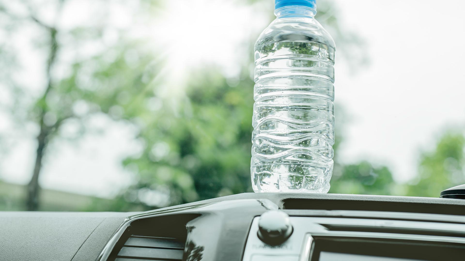 W upały nigdy nie zostawiaj wody w samochodzie