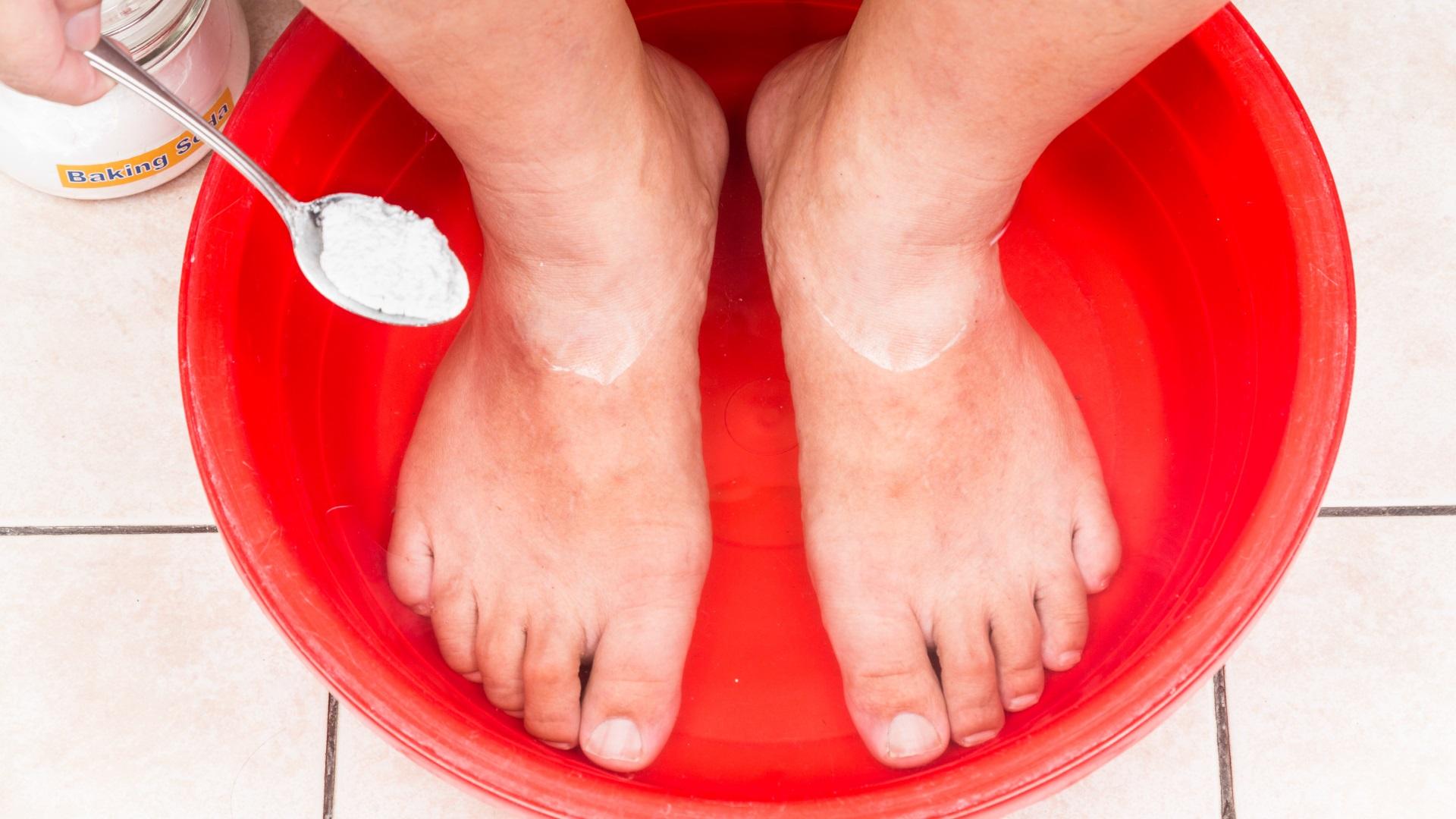 Moczenie stóp w wodzie z sodą oczyszczoną