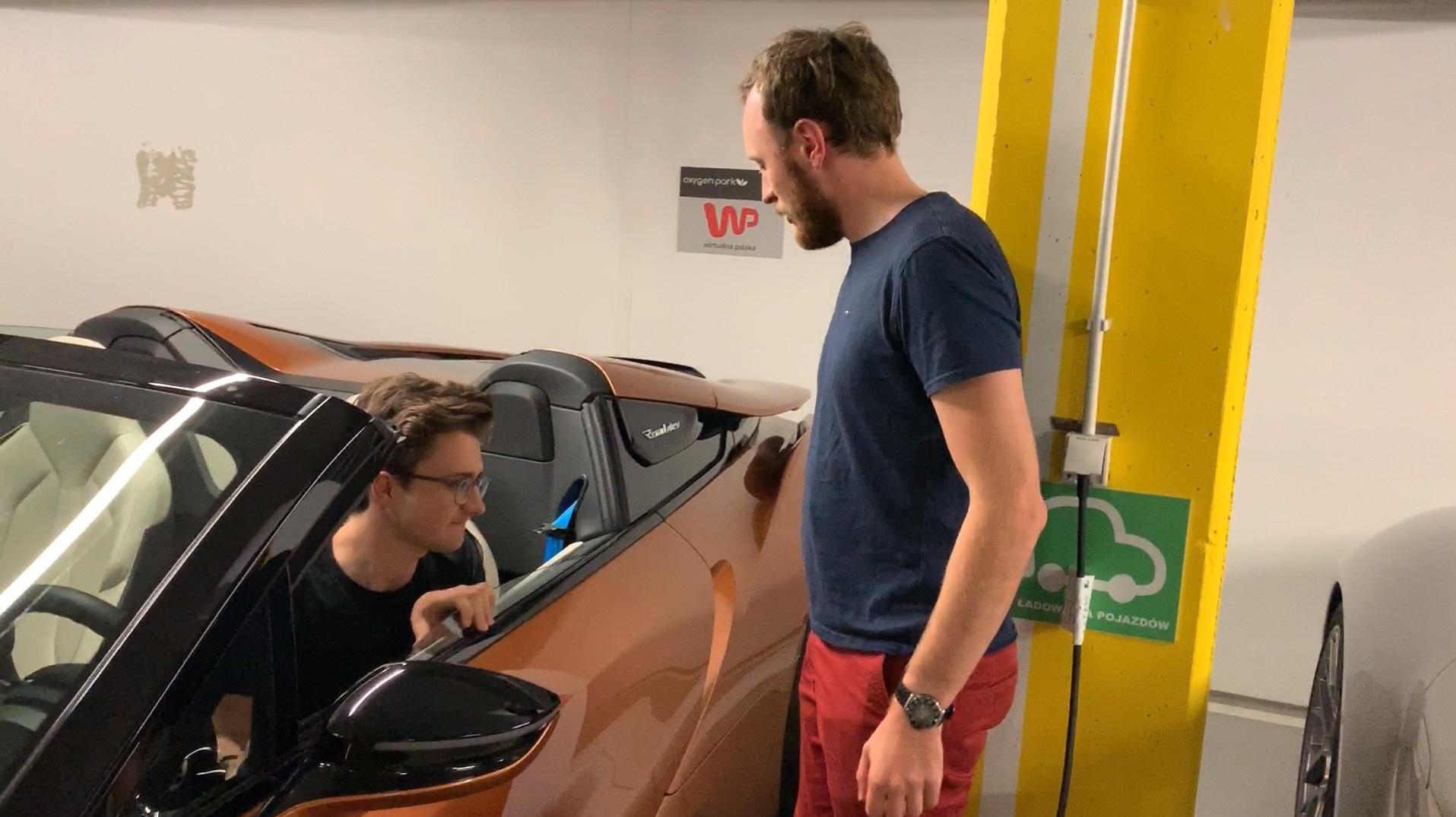 Otwieranie drzwi w BMW i8. Wygląda świetnie, ale łatwo nie jest