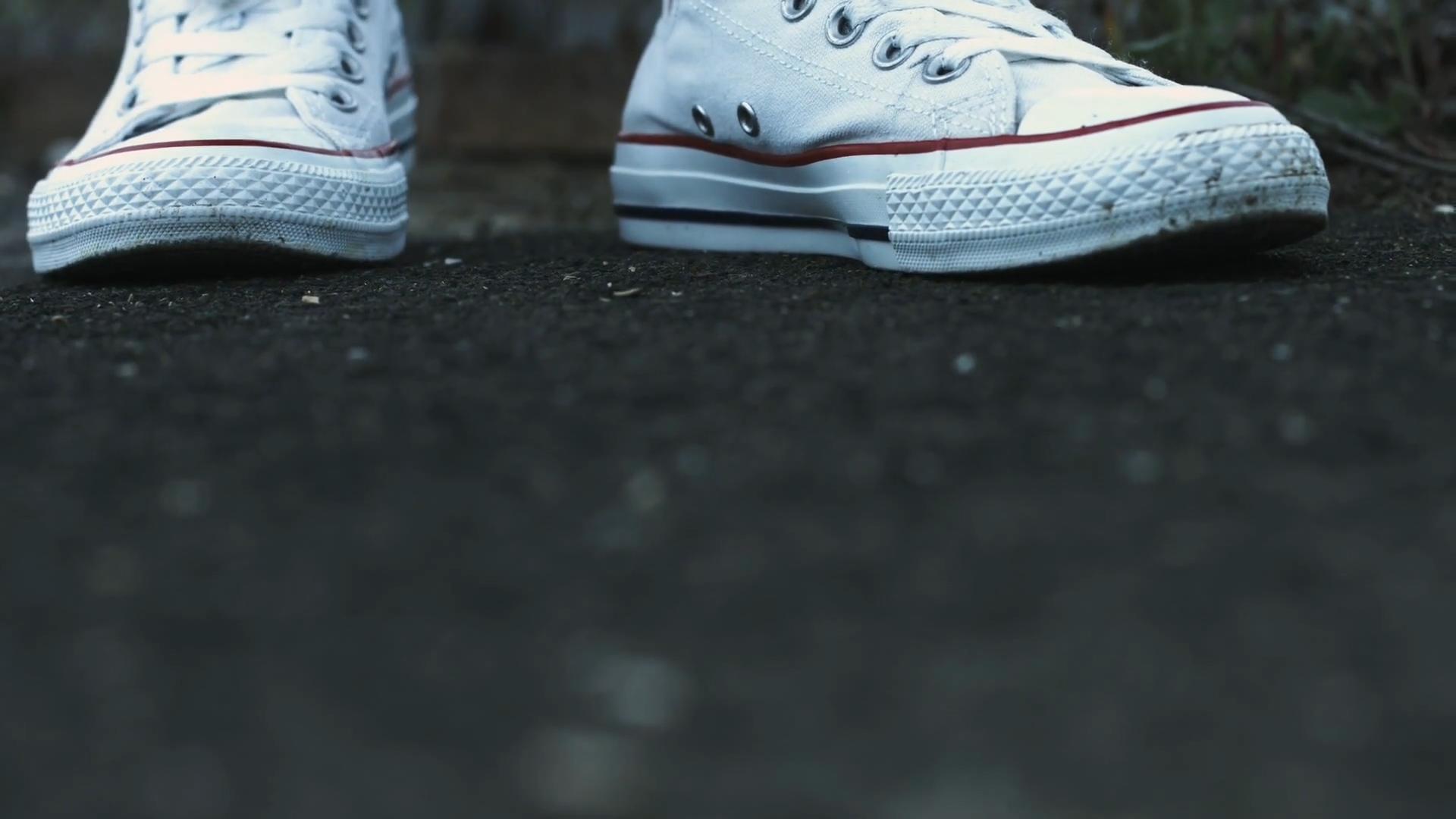 Triki na wyczyszczenia białych tenisówek i sneakersów