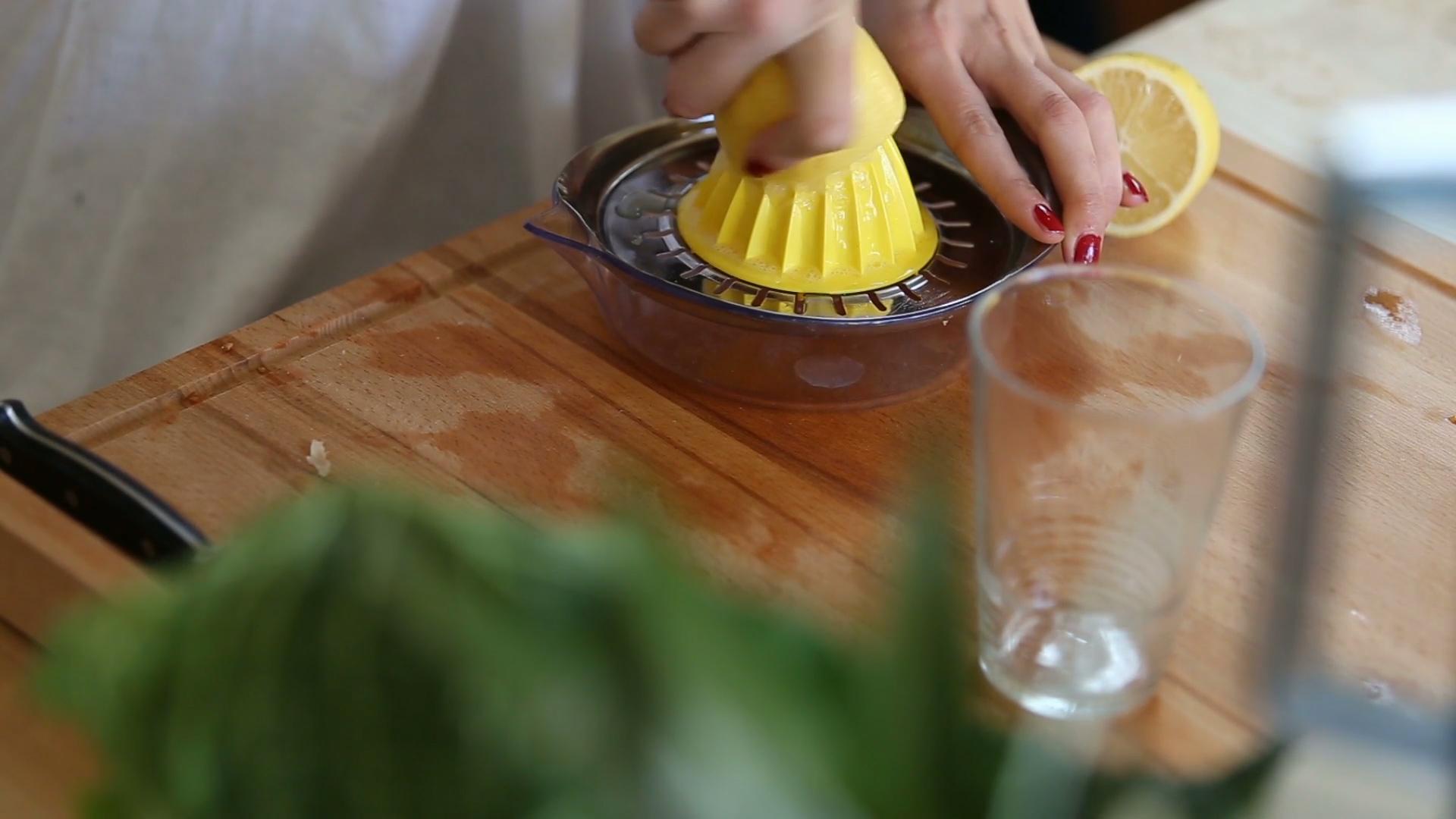 Ciepła woda z cytryną na czczo