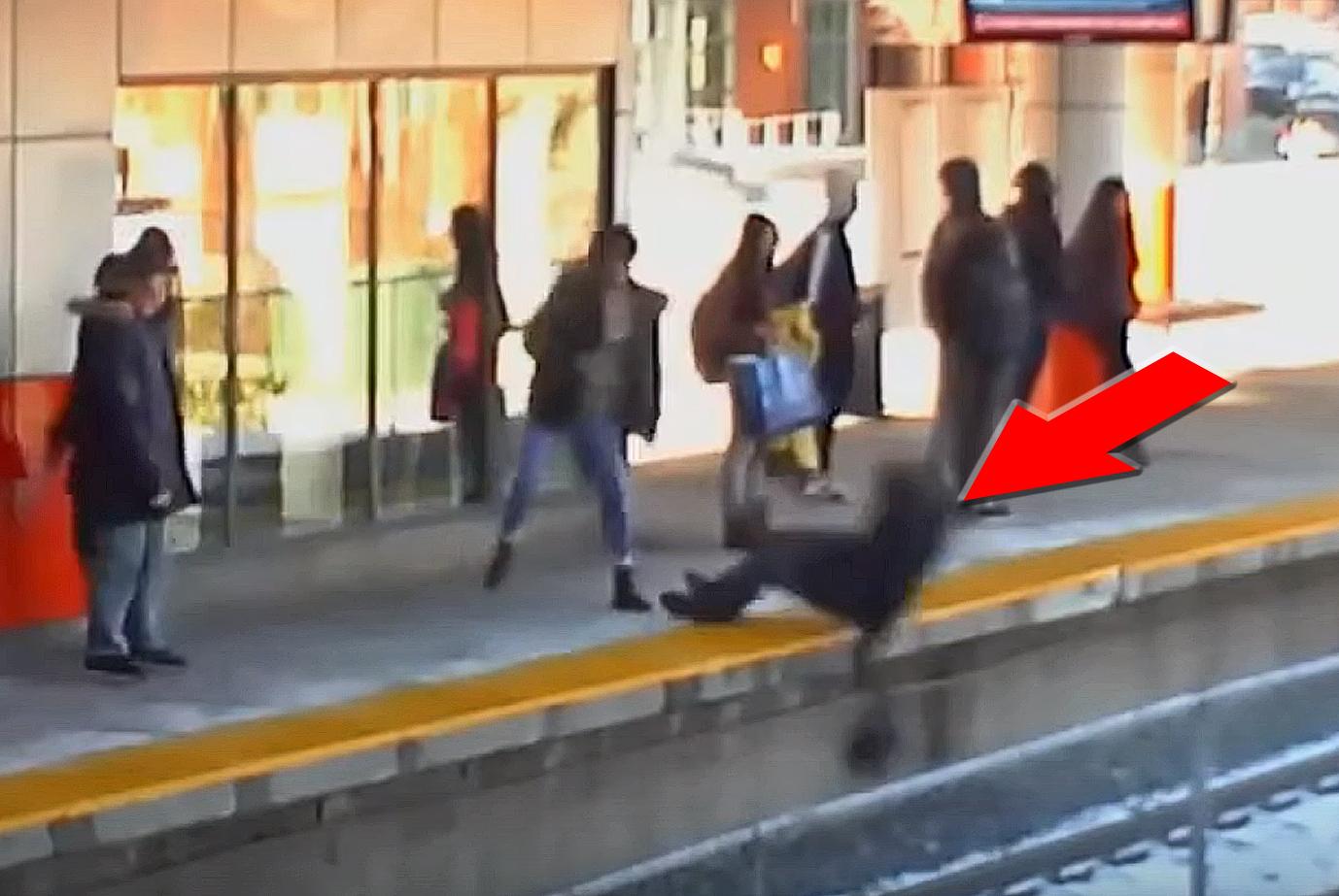 Zepchnęła kobietę pod nadjeżdżający pociąg. Przerażające nagranie