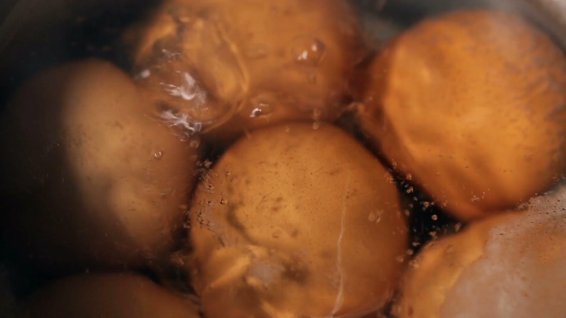 Jak wykorzystać skorupki jajek oraz wodę po ich gotowaniu?
