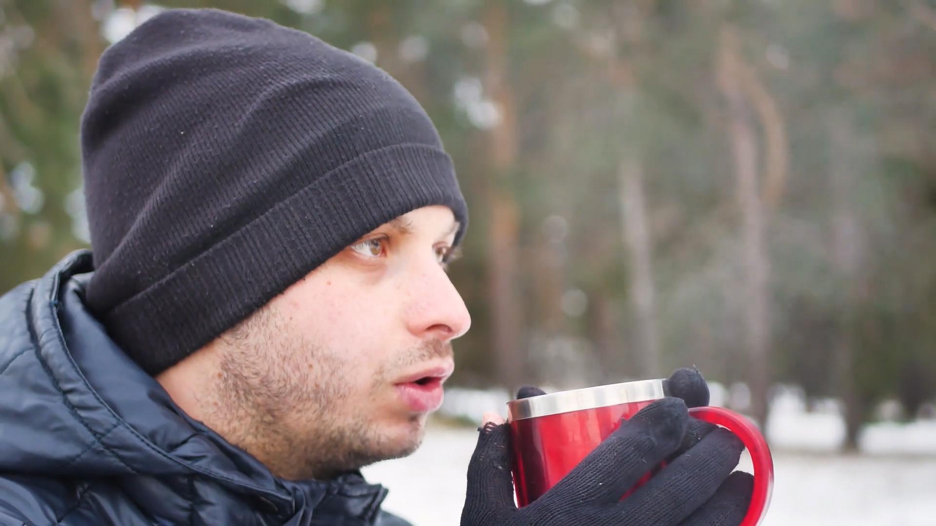 Nie pij kawy i alkoholu, gdy na dworze jest zimno